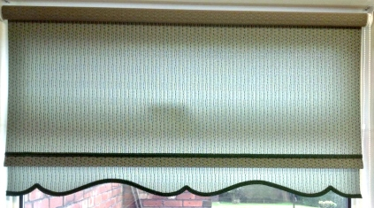 Checked green roller blind with black braid - Colonial design
